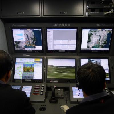 연구진이 무인화한 항공기의 자세와 엔진 상태를 지상에서 확인하고 있다. - 한국항공우주연구원 제공